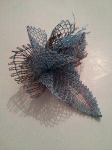 Flor hecha con Encaje de Bolillos