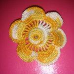 Broche de Flor Bicolor con Detalle en el Centro